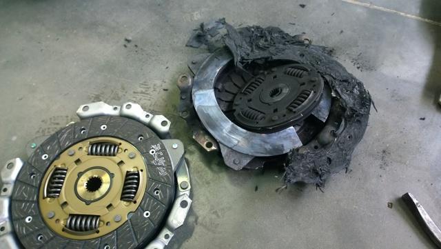 Нужно ли выжимать сцепление при запуске двигателя: в каких случаях это необходимо