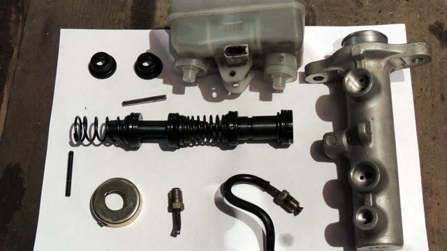 Проваливается педаль тормоза при работающем двигателе