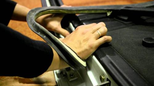 Как и чем смазать петли дверей автомобиля против скрипа