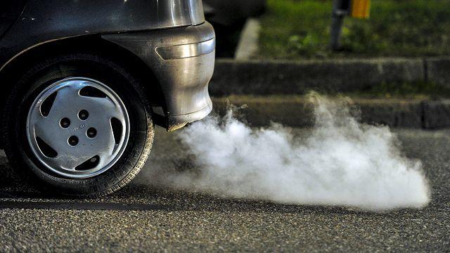 Белый дым из выхлопной трубы дизельного двигателя