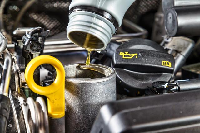 Сколько масла нужно заливать в двигатель