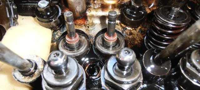 Почему двигатель ест масло, но не дымит: причины