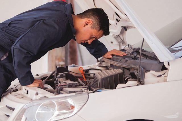 Дергается двигатель при нажатии на газ: причины неисправности