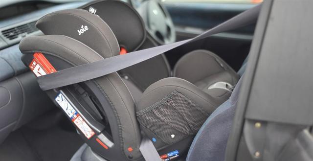 Как должен лежать ребенок в автолюльке, как класть новорожденного в автокресло?