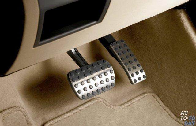 Расположение педалей в автомобиле с механической коробкой и коробкой-автомат