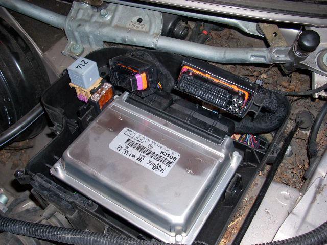 Где расположен блок управления двигателем в автомобиле