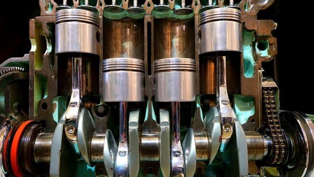При запуске двигателя слышен скрежет, свист или стук