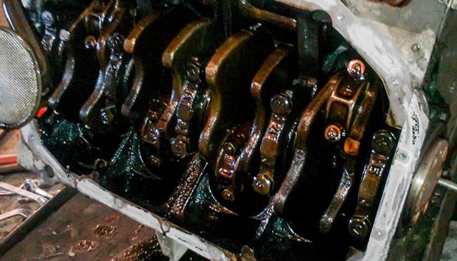 Почему масло в двигателе быстро чернеет: основные причины