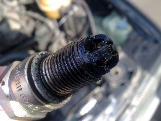 Залило свечи: что делать и как завести машину