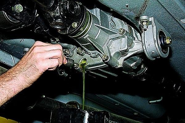 Течь масла между двигателем и коробкой передач: причины и решение проблемы