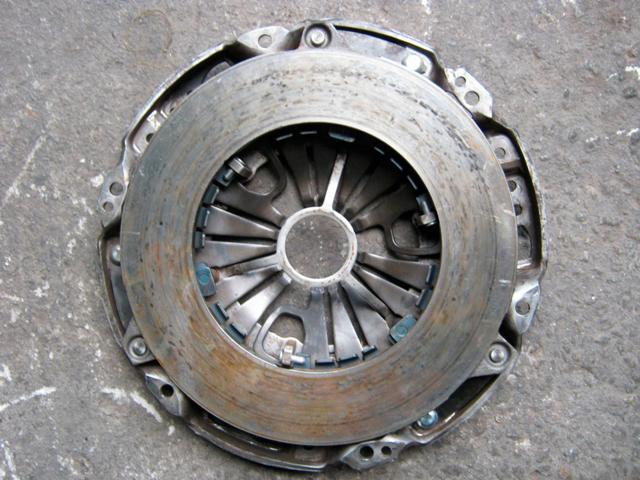 Корзина и диск сцепления в устройстве сцепления автомобиля